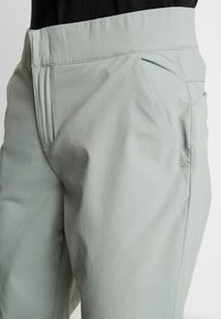 Columbia - FIRWOOD CAMP PANT - Trousers - light lichen - 3
