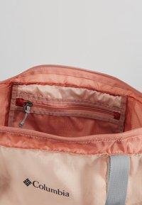 Columbia - LIGHTWEIGHT PACKABLE 21L TOTE - Treningsbag - peach cloud/dusty crimson - 4
