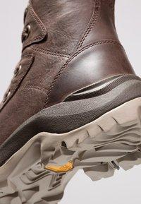 Columbia - CAMDEN OUTDRY CHUKKA - Zapatillas de senderismo - cordovan/grey - 5