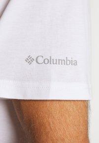 Columbia - NORTH CASCADES SHORT SLEEVE - T-shirt print - white/clear water/bright nectar - 5