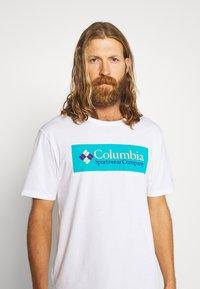 Columbia - NORTH CASCADES SHORT SLEEVE - T-shirt print - white/clear water/bright nectar - 3