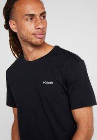 Columbia - NORTH CASCADES SHORT SLEEVE - Print T-shirt - black - 4