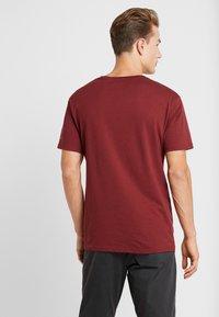 Columbia - BASIN BUTTE GRAPHIC TEE - T-shirt z nadrukiem - red jasper - 2