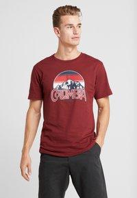 Columbia - BASIN BUTTE GRAPHIC TEE - T-shirt z nadrukiem - red jasper - 0