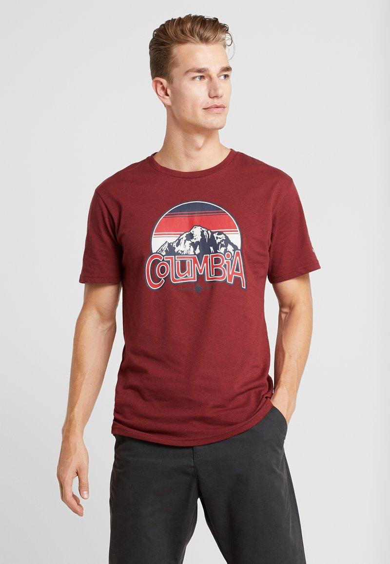Columbia - BASIN BUTTE GRAPHIC TEE - T-shirt z nadrukiem - red jasper