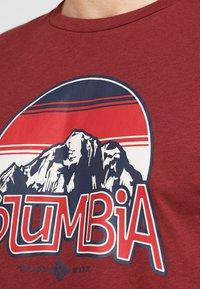 Columbia - BASIN BUTTE GRAPHIC TEE - T-shirt z nadrukiem - red jasper - 5