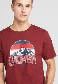 Columbia - BASIN BUTTE GRAPHIC TEE - T-shirt z nadrukiem - red jasper - 3