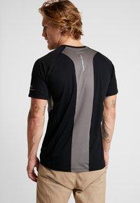Columbia - TITAN ULTRA - T-shirt med print - black/city grey - 2