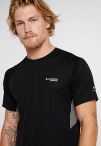 Columbia - TITAN ULTRA - T-shirt med print - black/city grey - 6