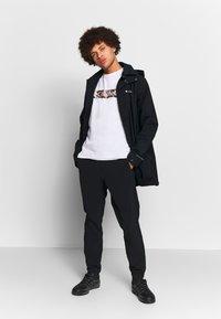 Columbia - RAPID RIDGE™ GRAPHIC TEE - T-shirt imprimé - white/wildfire - 1
