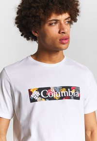 Columbia - RAPID RIDGE™ GRAPHIC TEE - T-shirt imprimé - white/wildfire - 4