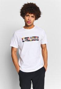 Columbia - RAPID RIDGE™ GRAPHIC TEE - T-shirt imprimé - white/wildfire - 0