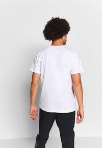 Columbia - RAPID RIDGE™ GRAPHIC TEE - T-shirt imprimé - white/wildfire - 2