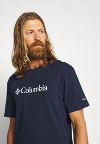 Columbia - BASIC LOGO™ SHORT SLEEVE - T-shirt z nadrukiem - collegiate navy - 3
