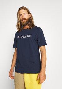 Columbia - BASIC LOGO™ SHORT SLEEVE - T-shirt z nadrukiem - collegiate navy - 0