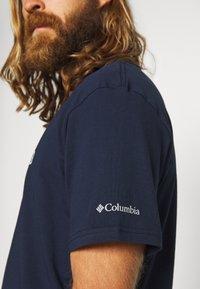 Columbia - BASIC LOGO™ SHORT SLEEVE - T-shirt z nadrukiem - collegiate navy - 5