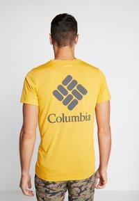 Columbia - MAXTRAIL LOGO TEE - Triko spotiskem - bright gold - 2