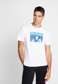 Columbia - ALPINE WAY™ GRAPHIC TEE - T-shirt print - white - 0