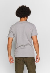 Columbia - M HIGH DUNE™ GRAPHIC TEE - T-shirt z nadrukiem - columbia grey outsider - 2