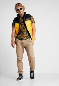 Columbia - PIKE LAKE™ VEST - Bodywarmer - mustard yellow/black - 1