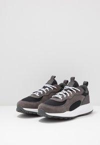 Columbia - YOUTH PIVOT - Chaussures d'entraînement et de fitness - black/white - 3