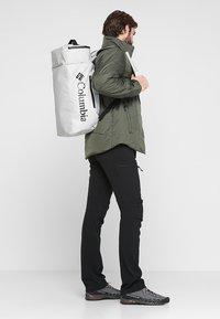 Columbia - STREET ELITE™ CONVERTIBLE DUFFEL PACK - Sportovní taška - cool grey - 1