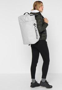 Columbia - STREET ELITE™ CONVERTIBLE DUFFEL PACK - Sportovní taška - cool grey - 5