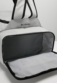 Columbia - STREET ELITE™ CONVERTIBLE DUFFEL PACK - Sportovní taška - cool grey - 7