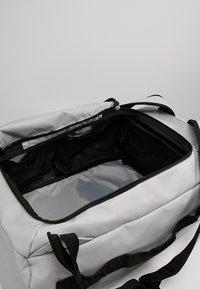 Columbia - STREET ELITE™ CONVERTIBLE DUFFEL PACK - Sportovní taška - cool grey - 4