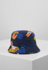 Columbia - PINE MOUNTAIN™ BUCKET HAT - Hat - collegiate navy tropical monsteras/azul - 2
