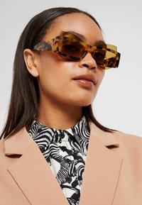 Courreges - Sluneční brýle - yellow - 1