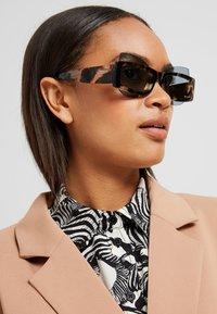 Courreges - Sluneční brýle - brown - 1
