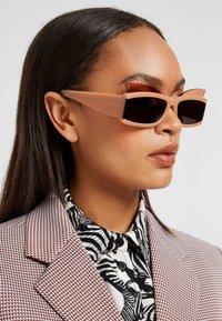 Courreges - Sluneční brýle - beige - 1
