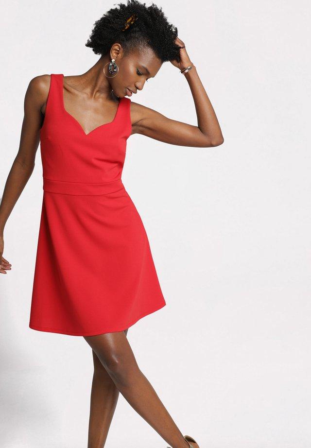 MIT HERZAUSSCHNITT - Korte jurk - rouge