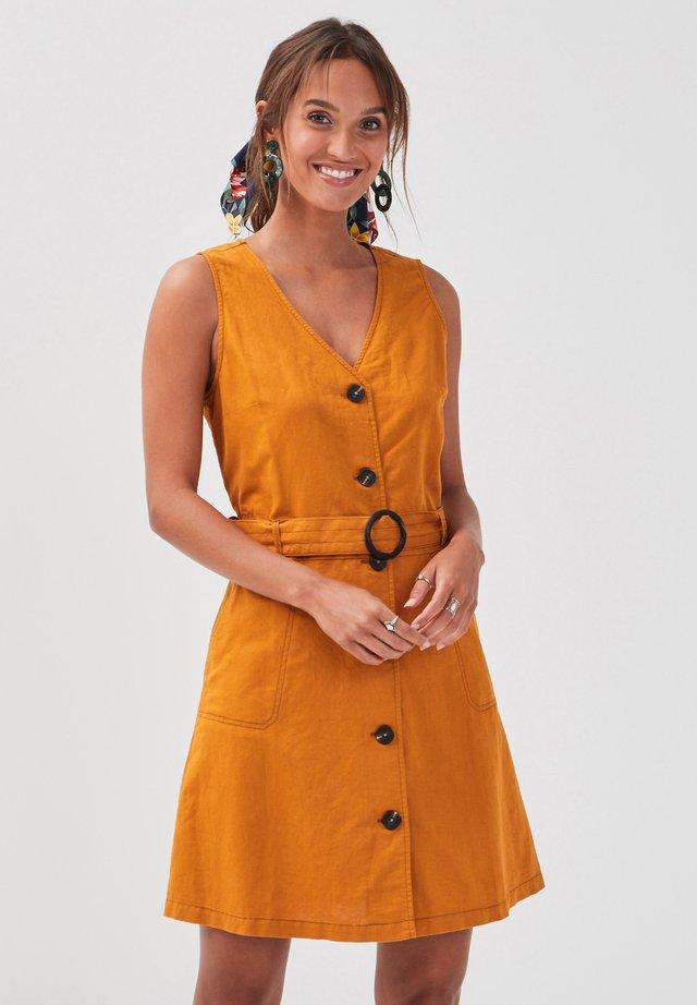 MIT KNÖPFEN - Vestido camisero - mustard yellow