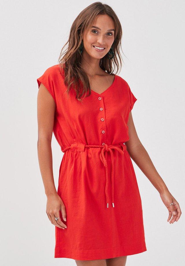 MIT GÜRTELZUG - Korte jurk - red
