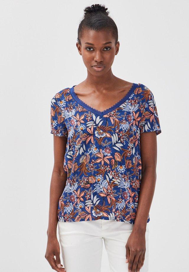 MIT KURZEN ÄRMELN - T-shirt imprimé - blue
