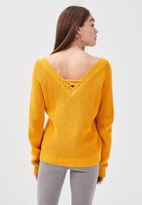 Cache Cache - MIT V-AUSSCHNITT - Jersey de punto - yellow - 2