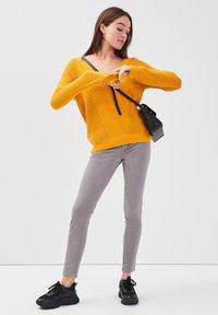 Cache Cache - MIT V-AUSSCHNITT - Jersey de punto - yellow - 1