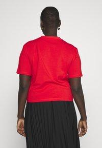Calvin Klein Jeans Plus - MONOGRAM STRAIGHT - Print T-shirt - fiery red - 2