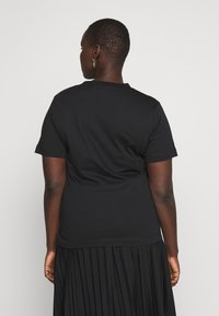 Calvin Klein Jeans Plus - EMBROIDERY TEE - Basic T-shirt - ck black - 2