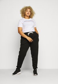 Calvin Klein Jeans Plus - CORE INSTITUTIONAL TEE - Printtipaita - white - 1
