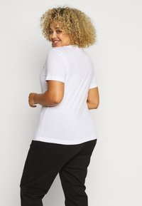 Calvin Klein Jeans Plus - CORE INSTITUTIONAL TEE - Printtipaita - white - 2