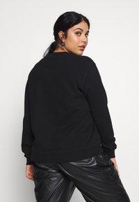 Calvin Klein Jeans Plus - PLUS ROUND LOGO RELAXED  - Sweatshirt - black - 2