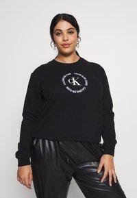 Calvin Klein Jeans Plus - PLUS ROUND LOGO RELAXED  - Sweatshirt - black - 0