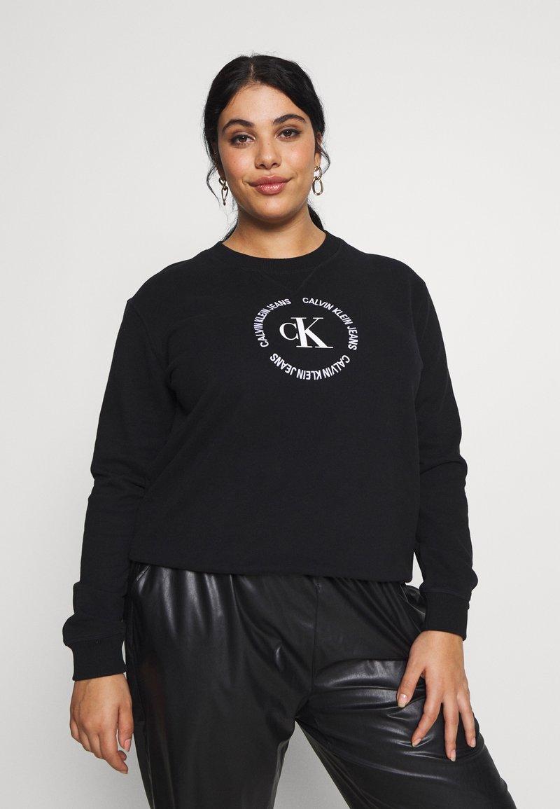 Calvin Klein Jeans Plus - PLUS ROUND LOGO RELAXED  - Sweatshirt - black