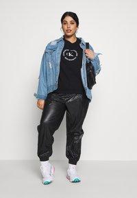 Calvin Klein Jeans Plus - PLUS ROUND LOGO RELAXED  - Sweatshirt - black - 1