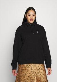 Calvin Klein Jeans Plus - PLUS LARGE HOODIE - Hoodie - black - 2