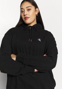 Calvin Klein Jeans Plus - PLUS LARGE HOODIE - Hoodie - black - 3