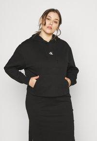 Calvin Klein Jeans Plus - PUFF PRINT LOGO HOODIE - Hoodie - black - 0